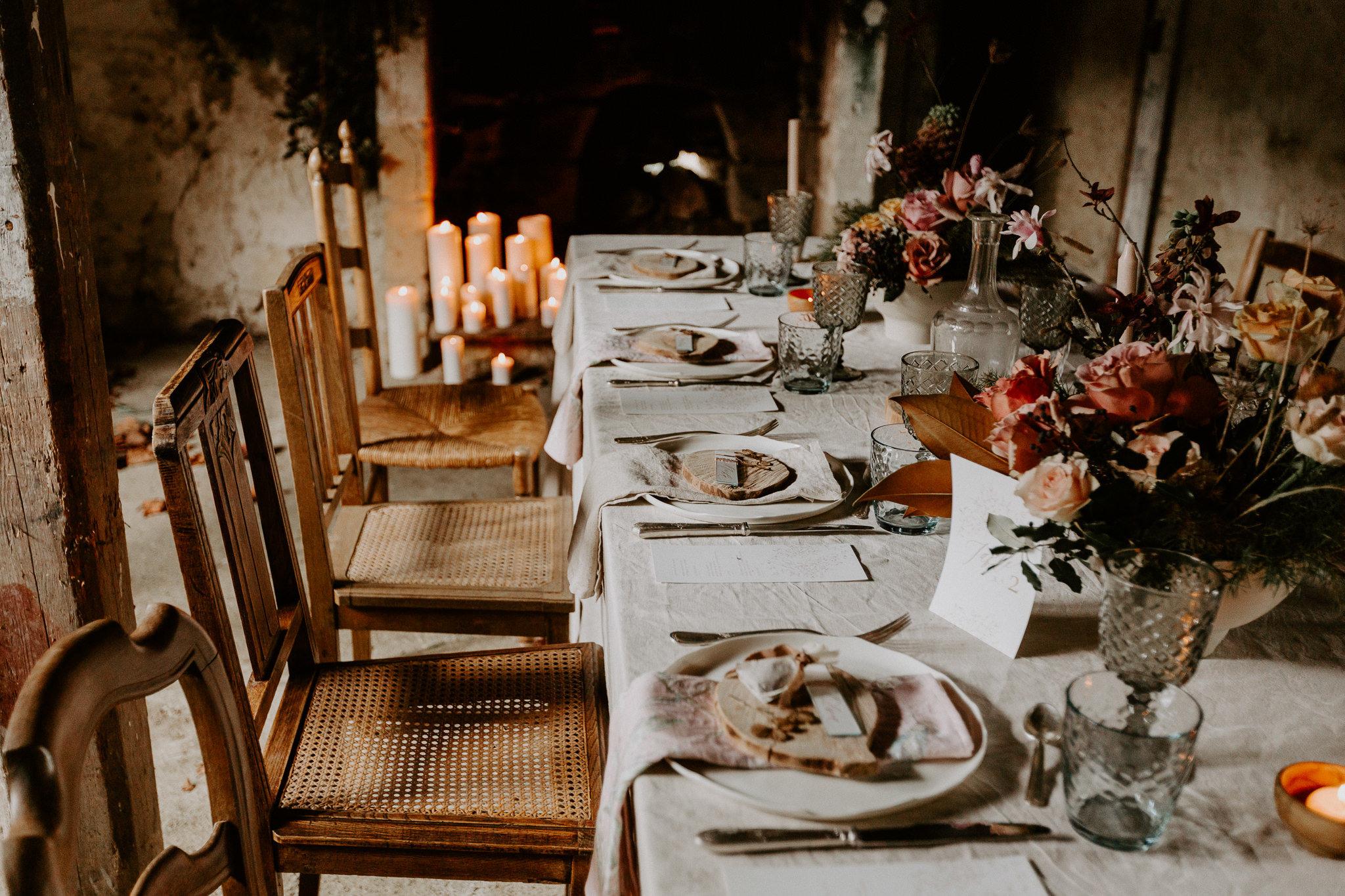 Table bois et chaises dépareilles mariage champêtre