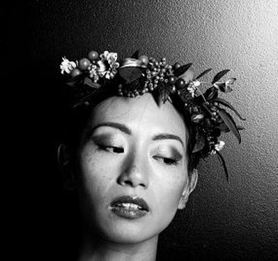 Femme portant une couronne de fleurs