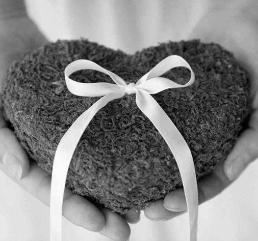 Bagues de mariage sur support en forme de coeur
