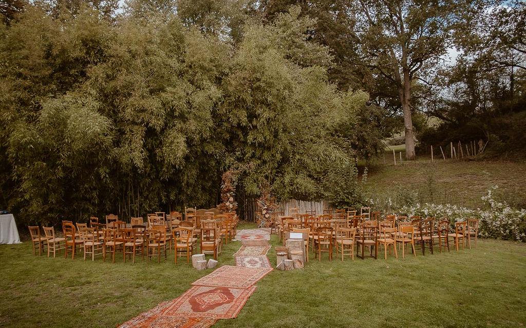 decor ceremonie laique chaises bois dépareillees location