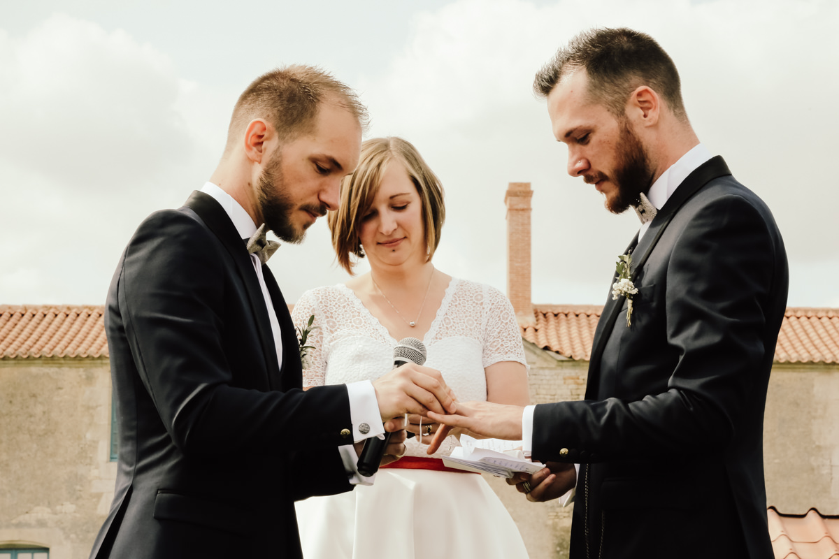 ceremonie laique Exchange d'alliances mariage vendee