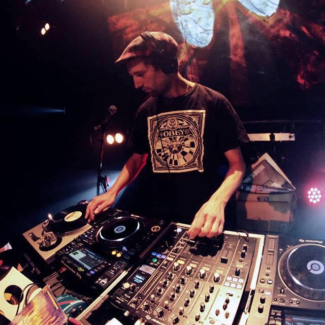 collectif d'artistes DJ mariage moderne platines bar à vinyles rétro ambiance Nantes