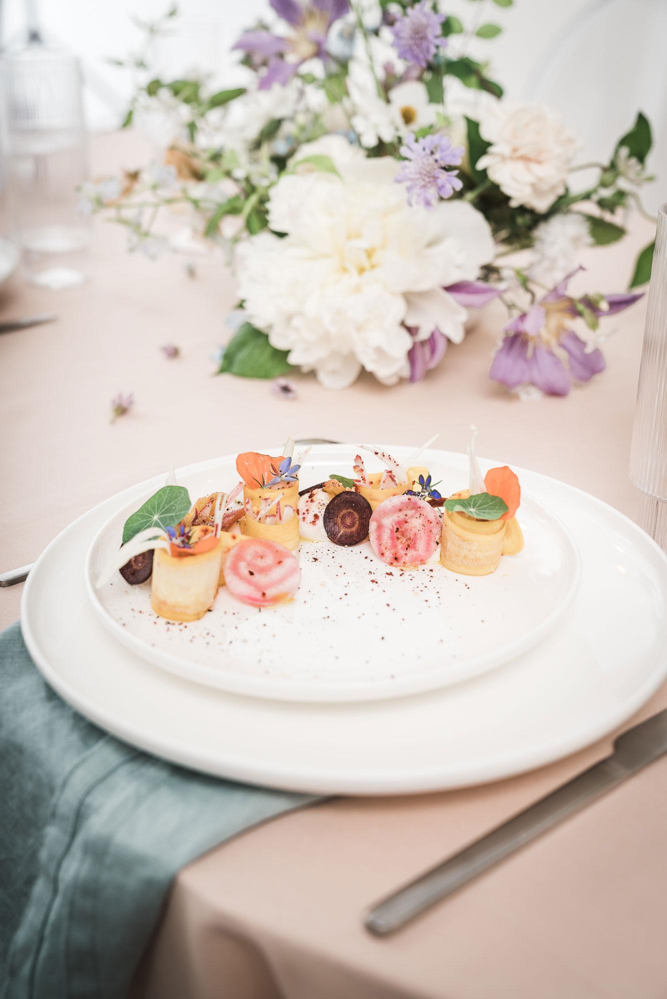table mariage moderne pastelle coloré