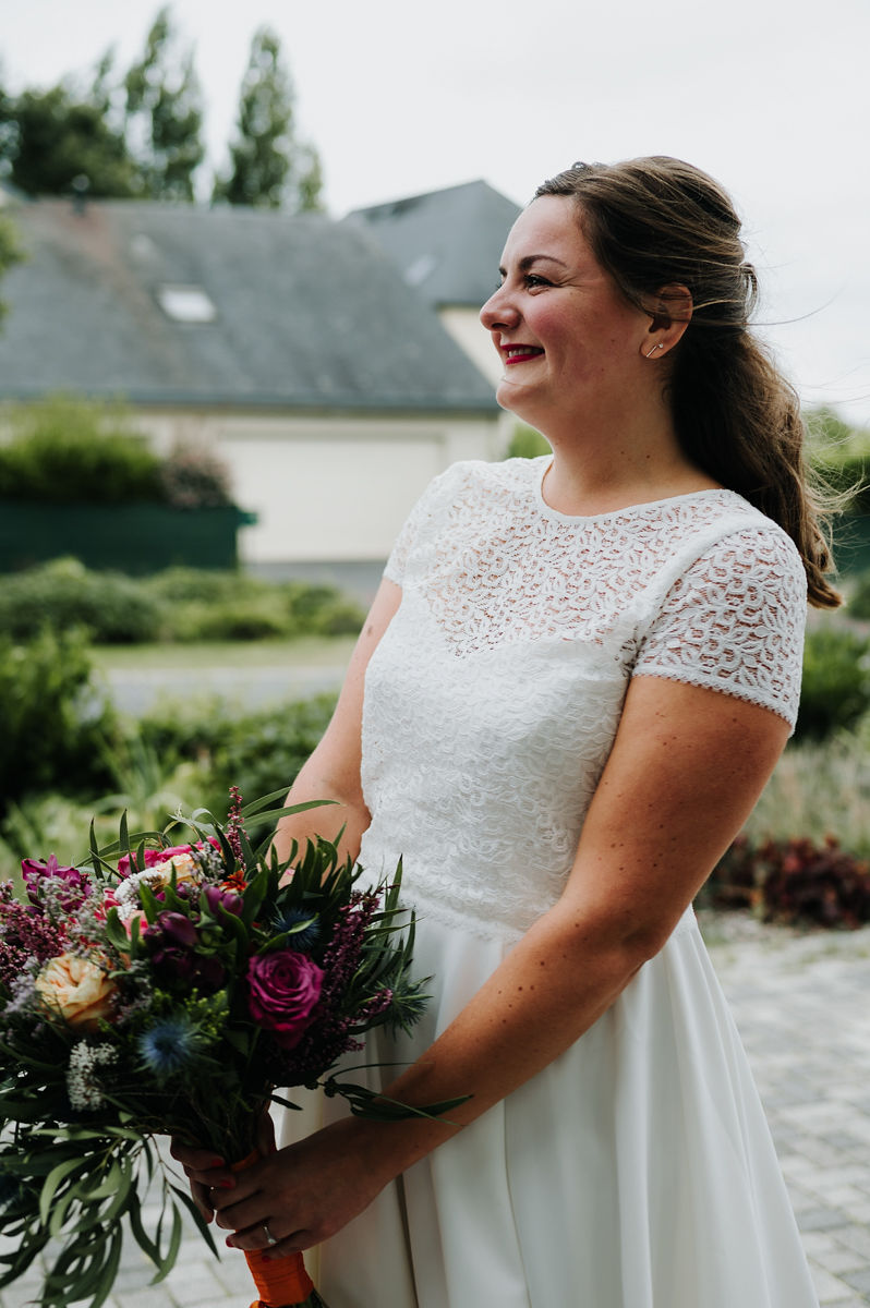 mariee robe de mariage blanche dentelle bouquet de mariee