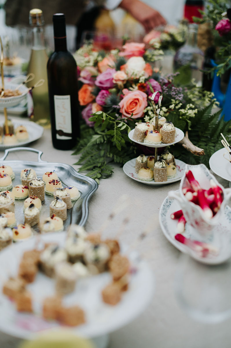 table des invites alccol repas decoration florale