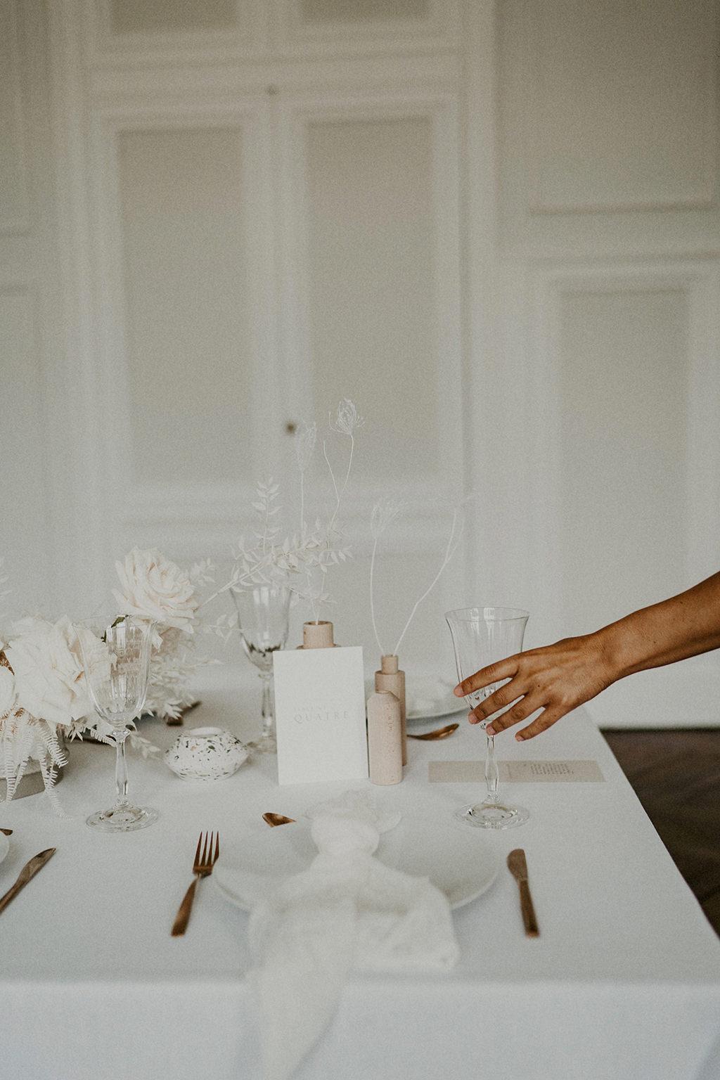 details decoration table invites mariage minimaliste