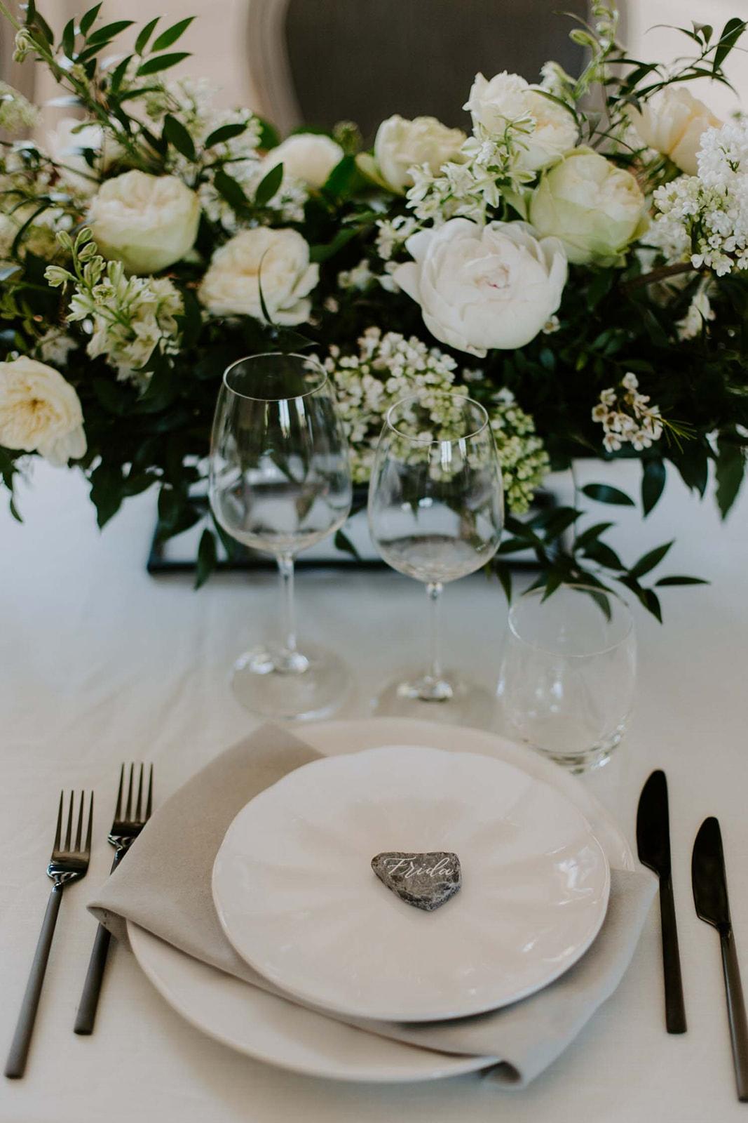 details decoration florale vaiselle table des invites domaine de l'etabliere