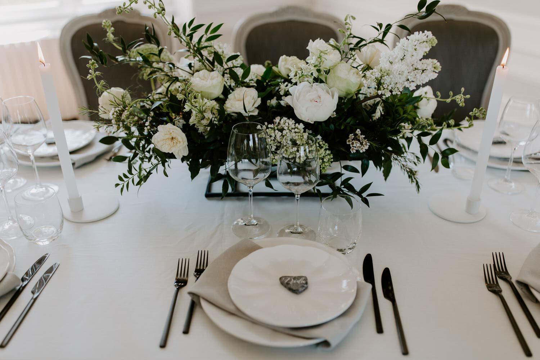 details decoration florale vaiselle table des invites