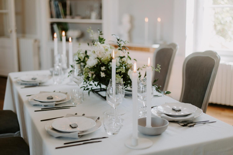 table des invites decoration florale vaiselle mariage epure