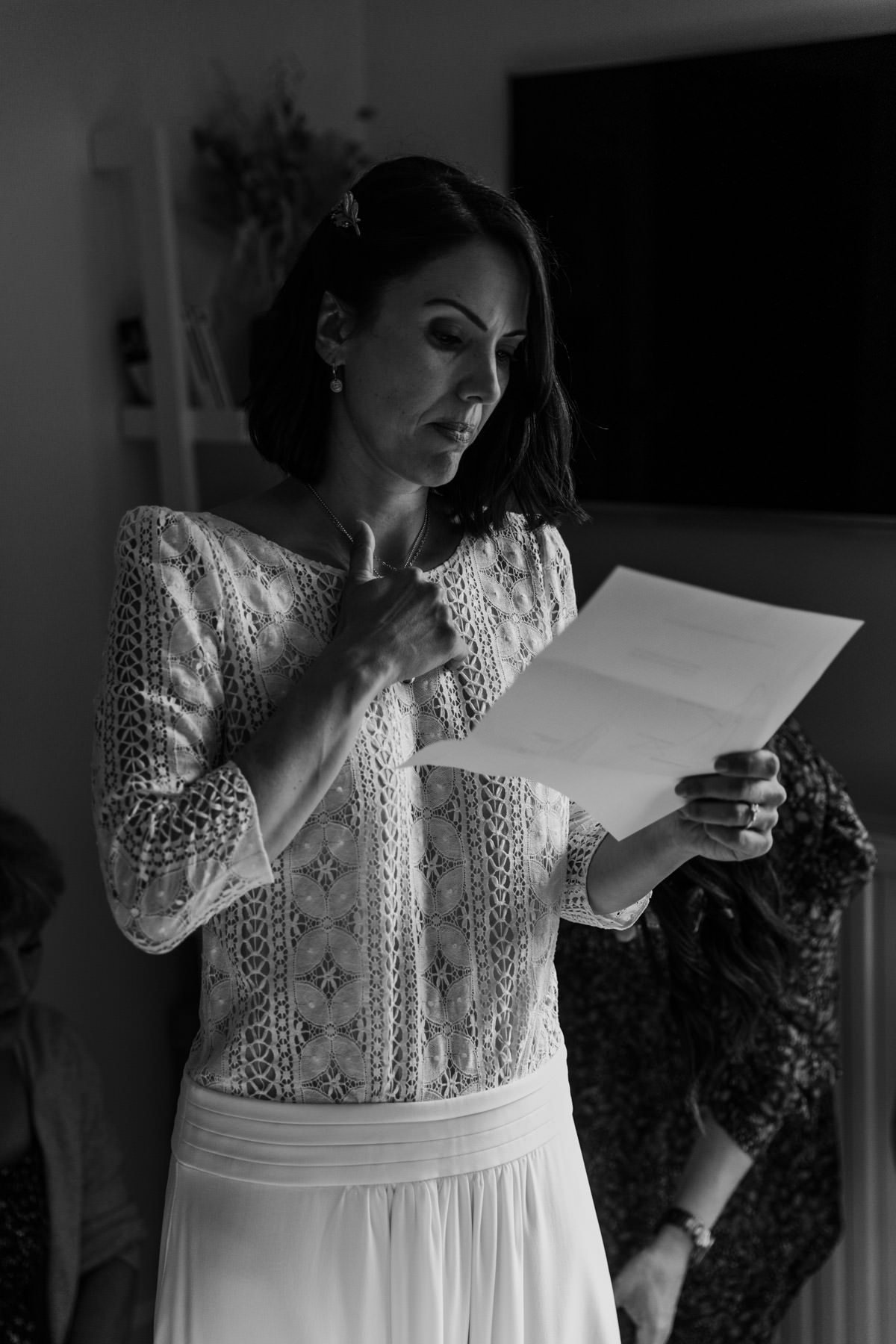 preparatifs mariage lecture des voeux mariee dentelle robe blanche