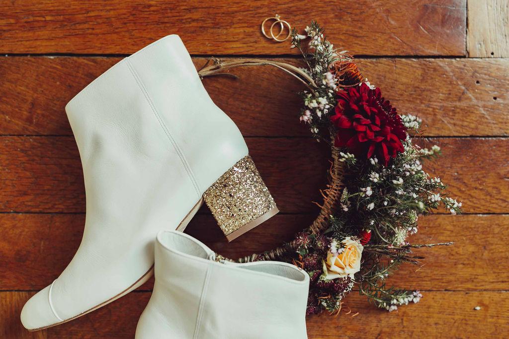 mariage hiver acessoires détails chaussures fleurs
