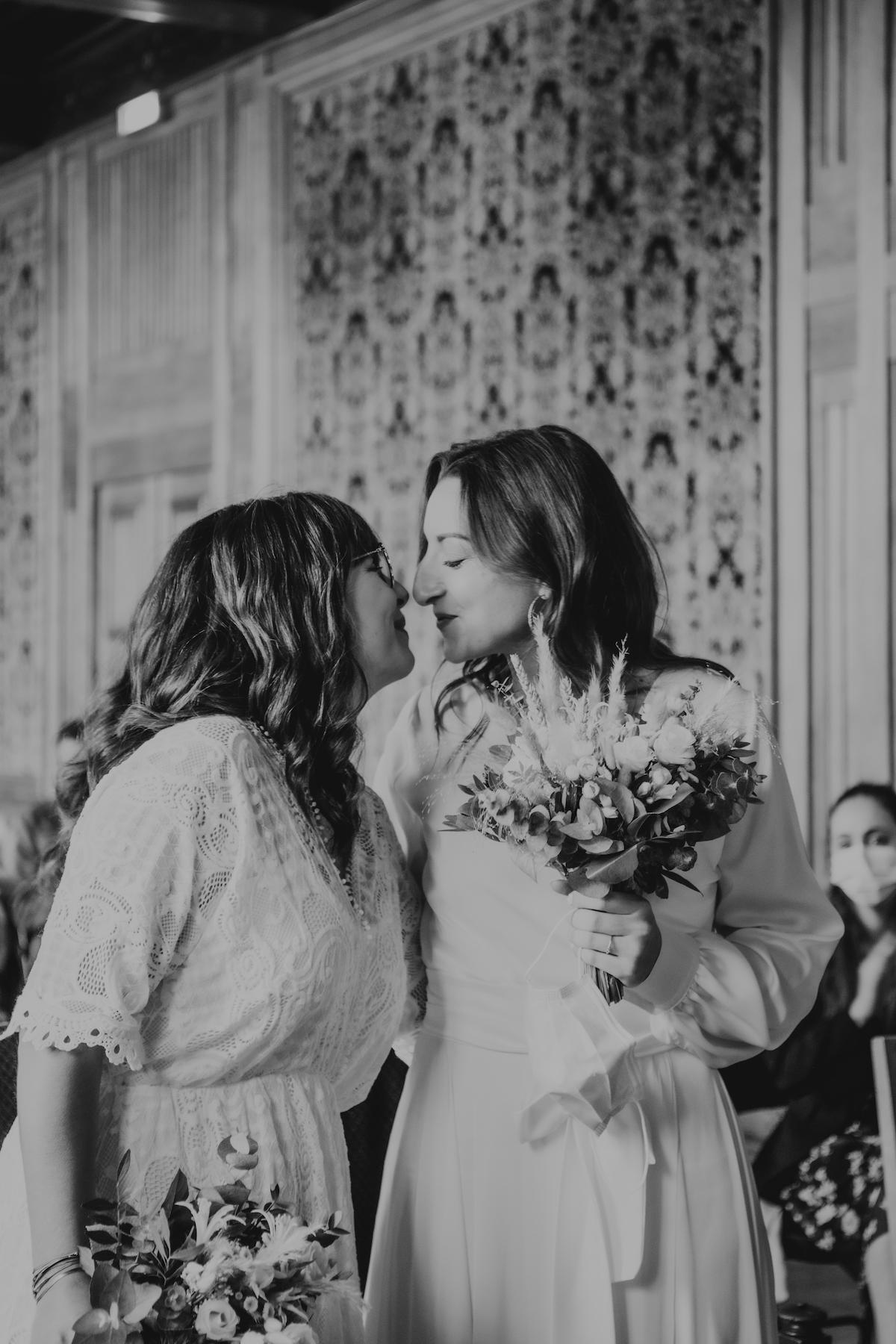 mariage gay bisou bouquet de mariee