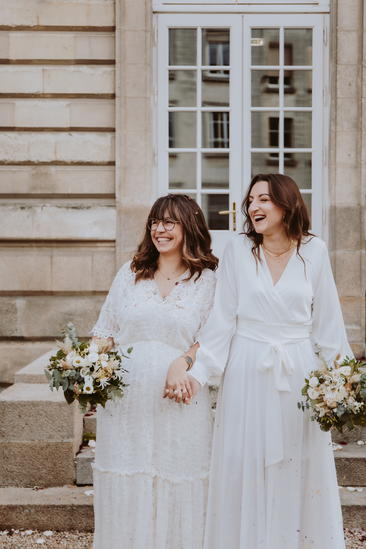 mariage gay mariees robes blanches bouquets