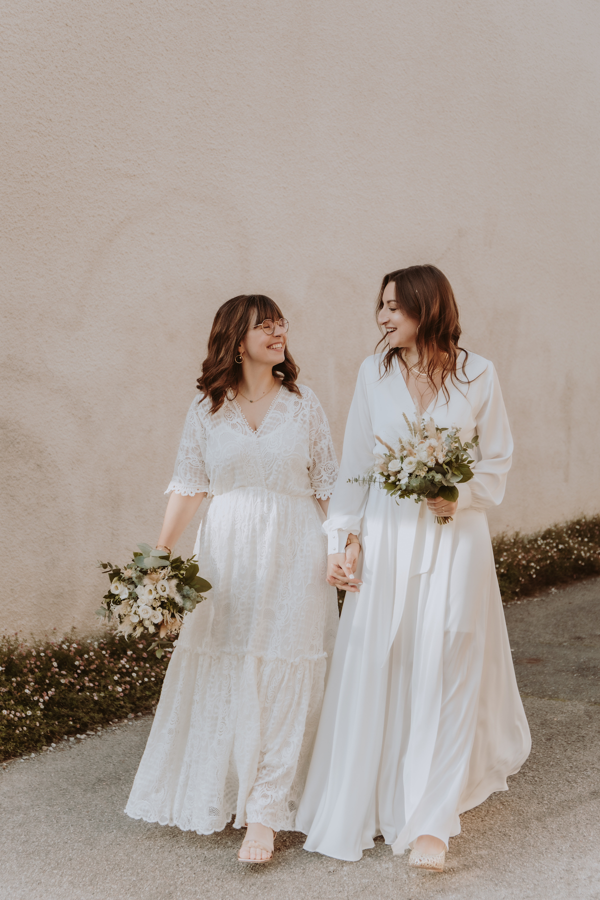 mariage homosexuelle robes blanches bouquets