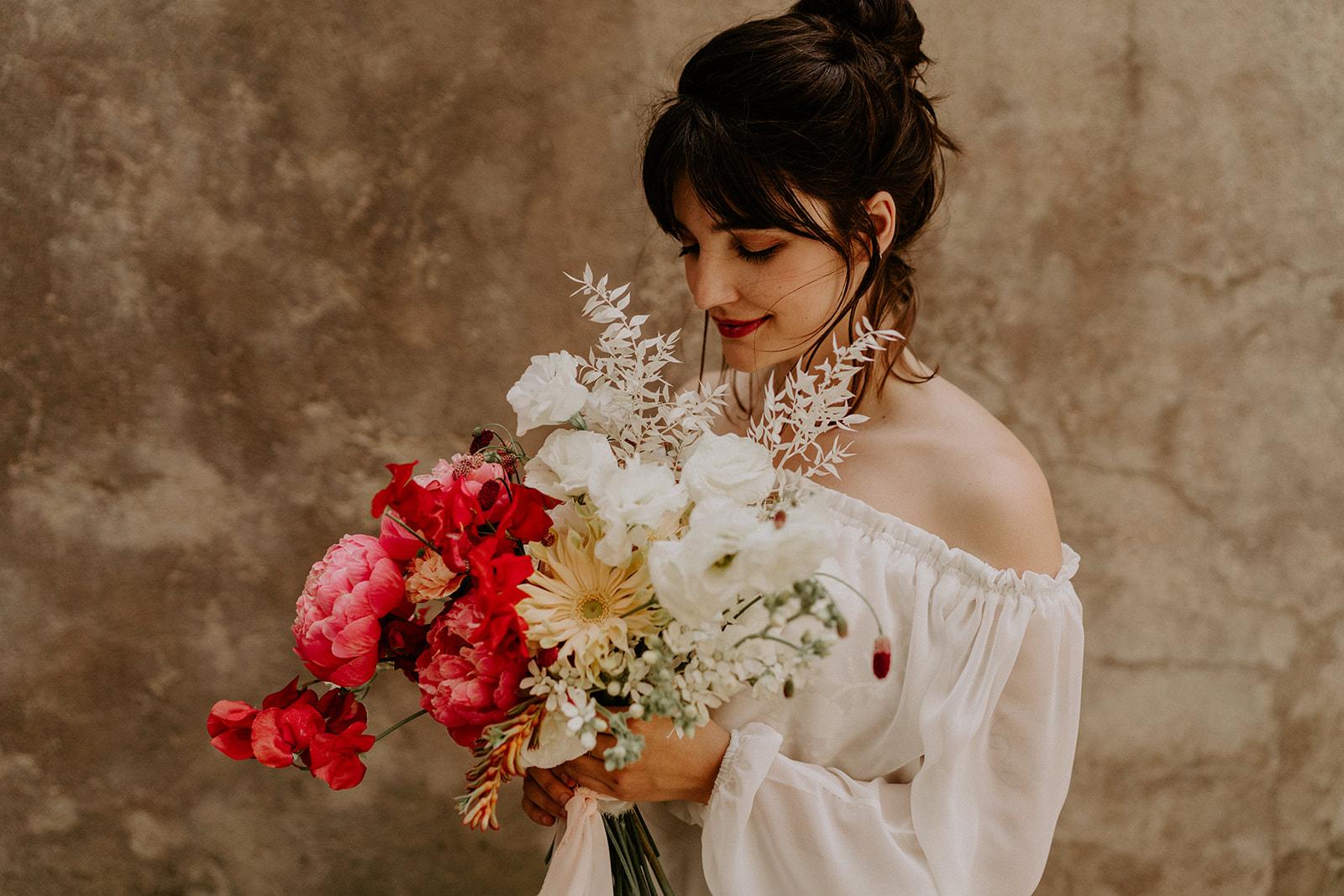 robe de mariee dentelle blanche bouquet de la mariee dolce vita