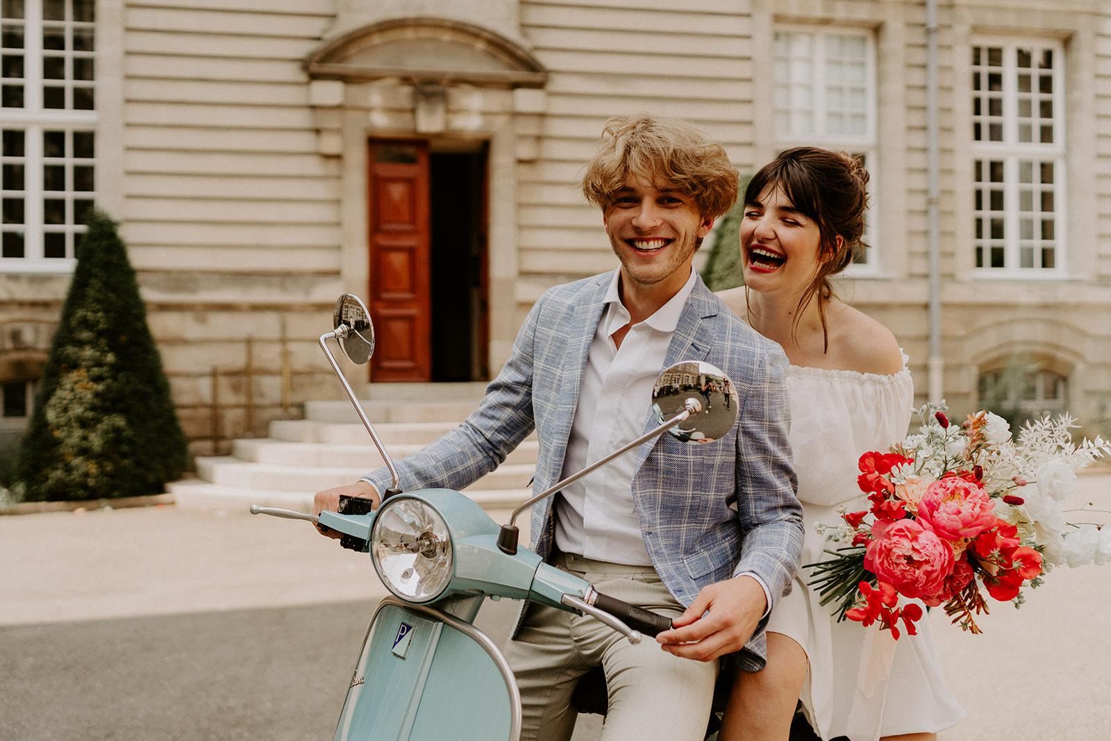 mariage dolce vita maries vespa robe costume bouquet