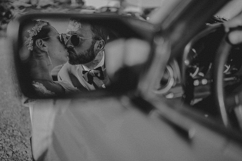 baiser maries voiture mariage champetre chic